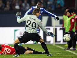 Ins kurze Eck: Schalkes Obasi deckt Wetklos schweren Fehler mit einem herrlichen Schuss auf.