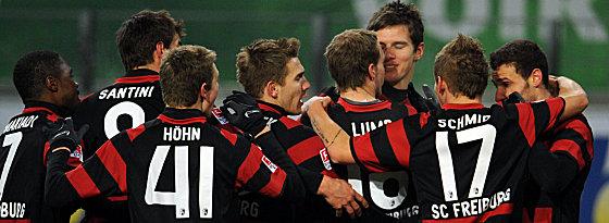Freiburger Spieler bejubeln das zwischenzeitliche 1:1 durch Flum