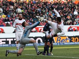Knifflige Szene: Ibisevic (re.) ist ein Tick vor Hertha-Keeper Kraft am Ball, allerdings mit sehr hohem Bein