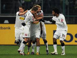 Gladbacher bejubeln das soeben von Arango (Mitte) erzielte 3:0