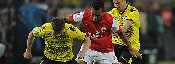 Choupo-Moting gegen Dortmunds Blaszczykowski und Piszczek (re.).