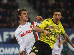 Augsburgs Langkamp gegen Lewandowski (re.).