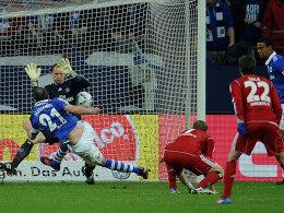 Der Kapitän geht voran: Schalkes Metzelder erzielt das 2:0.