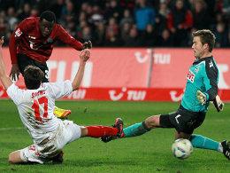 Die Vorentscheidung: Diouf (rotes Trikot) markiert das 3:1 für Hannover 96