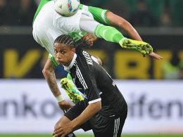 Mandzukic fliegt vorbei, Hamburgs Mancienne geht dem Ball nach
