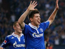 Huntelaar (re.) bejubelt sein soeben erzieltes 1:0, Holtby eilt herbei