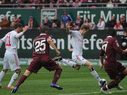 Ilicevic (li.), Yahia und Bugera (re.) sehen zu, wie Jansen das 1:0 macht