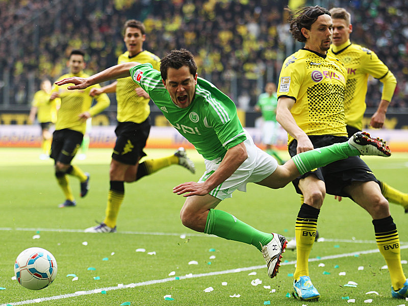 Dortmunds Subotic kommt gegen Schäfer (li.) zu spät