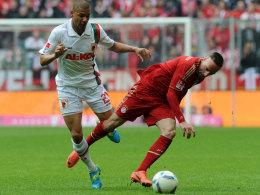 Bayerns Ribery (re.) im Duell mit Ndjeng (Augsburg)