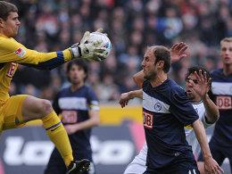 Berlins Hubnik blockt de Camargo (re.), Kraft schnappt sich den Ball