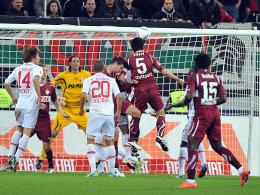 Der Wendepunkt: VfB-Kapitän Tasci (Nr.5) markiert das 1:1