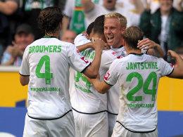 Mike Hanke im Kreise seiner Teamkollegen. Der Stürmer feiert sein Tor zum 1:0.