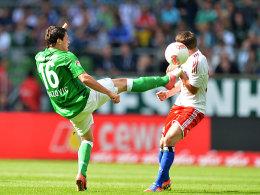 Bremens Junuzovic gegen Rudnevs (re.)