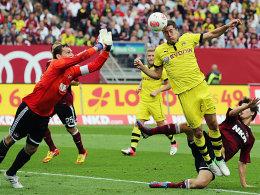 Einen Tick zu spät: Nürnbergs Keeper Schäfer vor dem 1:1 gegen Lewandowski.