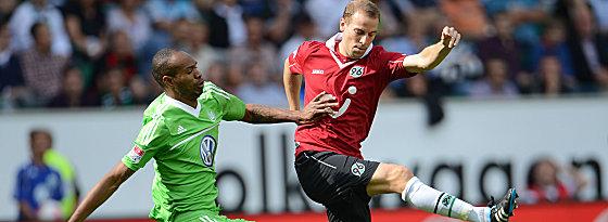 Wolfsburgs Naldo gegen Schlaudraff (re.).