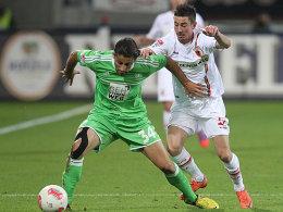 Wolfsburgs Rodriguez schirmt den Ball vor dem Augsburger Petrzela ab.