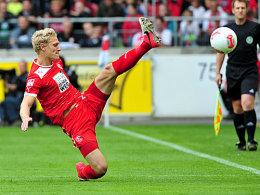 Verteidigung mit Zähnen und Klauen: van den Bergh grätscht den Ball weg.
