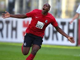 Guedé jubelt über sein Tor zum 1:1 für den SC Freiburg.