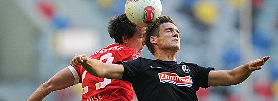 Düsseldorfs Robbie Kruse gegen Sorg (re.)
