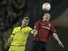 Alexander Meier (re., Eintracht) im Kopfballduell mit Lukasz Piszczek (BVB)