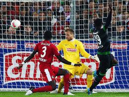 Josef Akpala (re.) überwindet Oliver Baumann zum 1:1