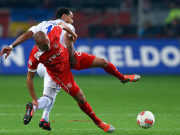 Schalkes Jones gegen Schahin (vorne)