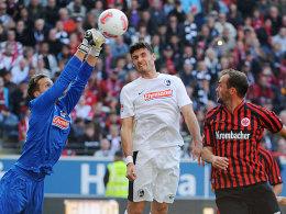 Baumann boxt den Ball weg, Hoffer (re.) hat das Nachsehen