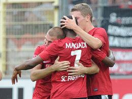 Cedric Makiadi freut sich mit seinen Kollegen
