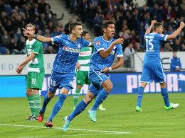 Roberto Firmino (Mi.) freut sich über sein soeben erzieltes 1:0