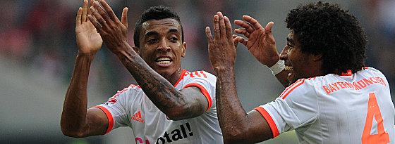 Luiz Gustavo und Dante (re.) bejubeln das 2:0