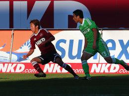 Treffen der Japaner: Hasebe (re.) und Kiyotake (li.) bringen asiatisches Flair auf die Bundesligaplätze.