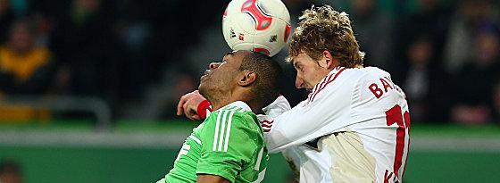 Wolfsburgs Naldo gegen Kießling (re.).