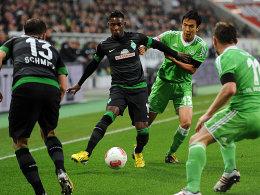 Enge Situation: Elia und Hasebe rangeln um den Ball.