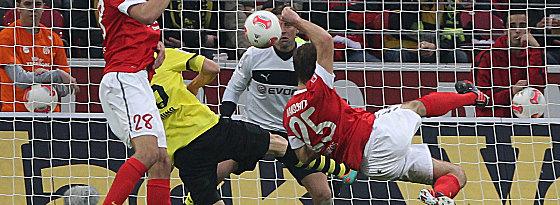 Mainz' Ivanschitz (re.) vergibt eine seiner Chancen