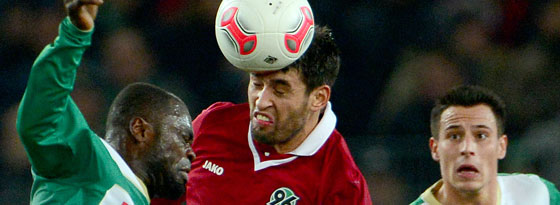 Karim Haggui (Hannover) im Kopfballduell mit Gerald Asamoah (Fürth)