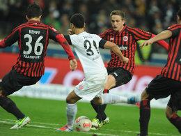 Einer gegen Drei - doch der Ball ist gleich im Tor. Parker schießt das 2:0 für Mainz im Derby gegen Frankfrut.