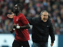 Rot-Sünder Diagne (li.) verlässt den Platz, SC-Coach Christian Streich gibt Anweisungen