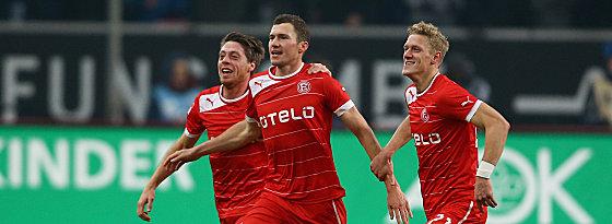 Lambertz, Fink und van den Bergh (v.li.) bejubeln das 2:0