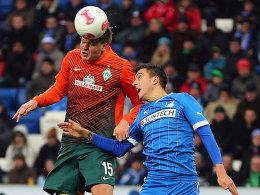 Prödl setzt sich gegen Joselu (re.) durch und köpft zum 1:0