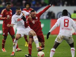 Im Clinch: Augsburgs Mölders (li.) gegen Ribery