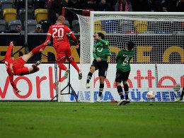 Das 1:0 für Düsseldorf. Schahin nickt ins rechte Eck. Ilsö fliegt links mit.