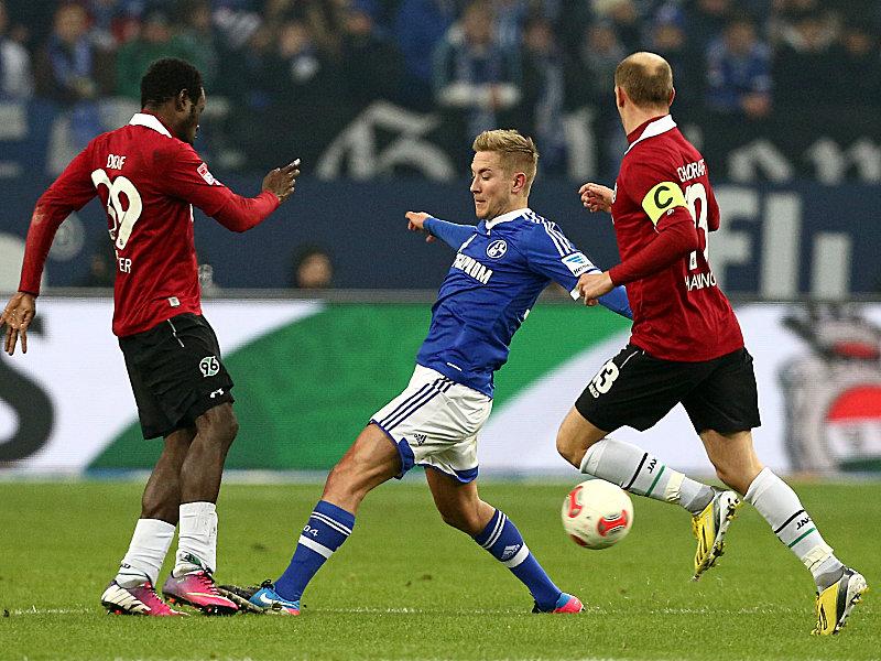 Schalkes Holtby tritt Diouf auf den Fuß, Schlaudraff schaut zu.
