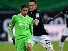 Wolfsburgs Rodriguez wird von Gentner (re.) verfolgt