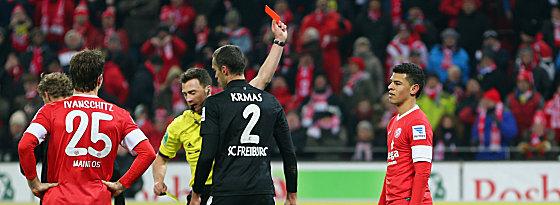 Shawn Parker (re.) sieht die Rote Karte von Schiedsrichter Felix Zwayer