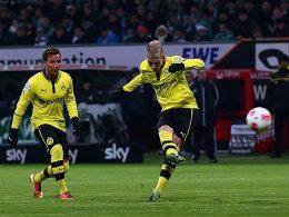 Götze bewundert Reus, der soeben per Freistoß das 1:0 erzielt.