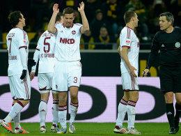 Nicht zu fassen: Nürnbergs Spieler zweifeln die Elfmeterentscheidung des Schiedsrichters an.