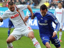 Sascha Mölders (Augsburg) gegen Christian Fuchs (Schalke)