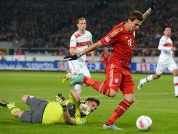 Kurz vor dem ersten Tor des Abends: Bayerns Mnadzukic hat VfB-Keeper Ulreich umkurvt.
