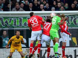 Durchsetzungsstark: Naldo köpft den Führungstreffer gegen drei Augsburger.