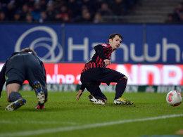 Gleich ist er drin: Frankfurts Lakic führte sich als treffsicherer Stürmer bei seinem neuen Verein ein.